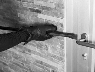 Εάν δεν διαθέτετε θωρακισμένη εξώπορτα, τότε επιβάλλεται η τοποθέτηση πρόσθετης κλειδαριάς ασφαλείας. (Φωτογραφία: commandex.com.au)