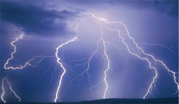 Τα εναέρια δίκτυα ηλεκτρικής ενέργειας και τηλεπικοινωνιών αν δεχτούν κεραυνό καταστρέφονται και μπορούν να μεταφέρουν μεγάλες τάσεις μέσα σε κτίρια και εγκαταστάσεις προκαλώντας σοβαρές ζημιές.